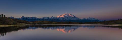 30 AUGUSTUS, 2016 - zet Denali bij Wonder Meer op, als Onderstel McKinley, de hoogste bergpiek in Noord-Amerika dat eerder, wordt Royalty-vrije Stock Afbeeldingen