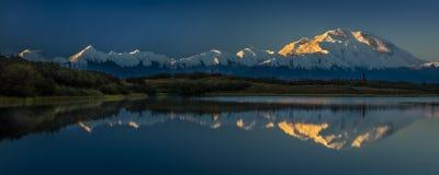 28 AUGUSTUS, 2016 - zet Denali bij Wonder Meer op, als Onderstel McKinley, de hoogste bergpiek in Noord-Amerika dat eerder, wordt Stock Foto's