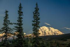 29 AUGUSTUS, 2016 - zet Denali bij Wonder Meer op, als Onderstel McKinley, de hoogste bergpiek in Noord-Amerika dat eerder, wordt Stock Afbeelding