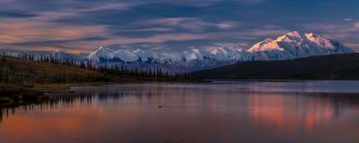 29 AUGUSTUS, 2016 - zet Denali bij Wonder Meer op, als Onderstel McKinley, de hoogste bergpiek in Noord-Amerika dat eerder, wordt Stock Foto's