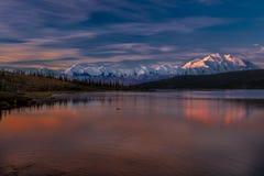29 AUGUSTUS, 2016 - zet Denali bij Wonder Meer op, als Onderstel McKinley, de hoogste bergpiek in Noord-Amerika dat eerder, wordt Stock Foto
