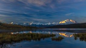 29 AUGUSTUS, 2016 - zet Denali bij Wonder Meer op, als Onderstel McKinley, de hoogste bergpiek in Noord-Amerika dat eerder, wordt Stock Fotografie