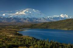 28 AUGUSTUS, 2016 - zet het Meer van Denali op en Wonder, als Onderstel McKinley, de hoogste bergpiek in Noord-Amerika dat eerder Stock Afbeeldingen