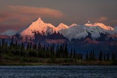 29 AUGUSTUS, 2016 - Zonsondergang op Onderstel Denali als Onderstel McKinley, de hoogste bergpiek in Noord-Amerika, bij 20, 31 ee Stock Afbeeldingen