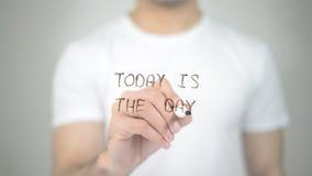 Aujourd'hui est le jour, écriture d'homme sur l'écran transparent photographie stock libre de droits