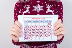 Aujourd'hui est nouvelle année ! Photo haute étroite cultivée de calendrier se tenant dedans photographie stock libre de droits