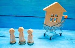 Aukcja, jawnej sprzedaży nieruchomość Drewniany dom, supermarketa tramwaj, ludzie Kupienie, sprzedawanie i wynajmowanie, dom Poży zdjęcia royalty free
