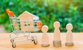 Aukcja, jawnej sprzedaży nieruchomość Drewniany dom, supermarketa tramwaj, ludzie Kupienie, sprzedawanie i wynajmowanie, dom Poży obrazy stock