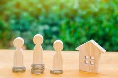Aukcja, jawnej sprzedaży nieruchomość Drewniany dom, supermarketa tramwaj, ludzie Kupienie, sprzedawanie i wynajmowanie, dom Poży zdjęcie royalty free