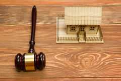 aukcja prawo Miniaturowy dom na drewnianym stołu i sądu młoteczku Fotografia Royalty Free