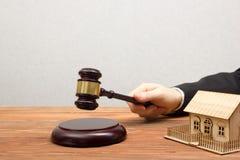 Aukcja, Real Estate pojęcie Ręka z sędziego młoteczkiem i domu modelem Zdjęcie Royalty Free