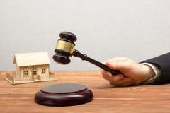 Aukcja, Real Estate pojęcie Ręka z sędziego młoteczkiem i domu modelem Obraz Stock