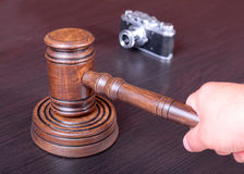 Aukcyjny młot, symbol władza i rocznik kamera, Obraz Stock