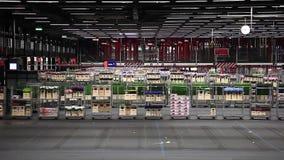 Auktiongolv på Aalsmeers auktion för FloraHolland blomma arkivfilmer