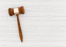 Auktions-Hammer auf weißer Illustration des Holztischs 3d Lizenzfreie Stockfotos