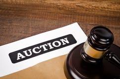 Auktionsdokument mit hölzernem Hammer lizenzfreie stockfotos