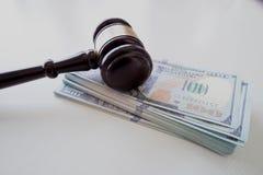 Auktionsklubba över pengar arkivbild