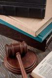Auktionsklubba och helig bibel royaltyfri bild