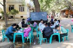 aula all'aperto in una scuola del villaggio, BAGAN, MYANMAR Immagini Stock Libere da Diritti