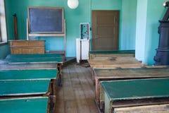 Aula antica con gli scrittori ed i banchi di legno vuoti immagine stock libera da diritti