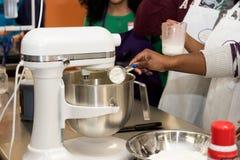 Aula de culinária - ingredientes de medição Fotografia de Stock Royalty Free