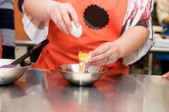 Aula de culinária - rachando um ovo Foto de Stock Royalty Free