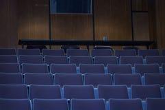 Aula dell'istituto universitario con i sedili blu Fotografia Stock Libera da Diritti