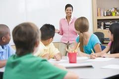 Aula della scuola elementare con l'insegnante Immagini Stock Libere da Diritti
