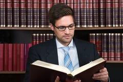 Aula di tribunale di Reading Book At dell'avvocato Fotografie Stock Libere da Diritti