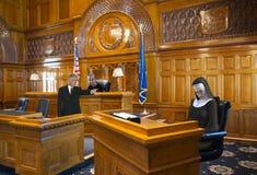 Aula di tribunale divertente, suora, giudice, avvocato fotografia stock