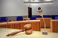 Aula giudiziaria vuota fotografia stock