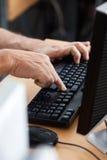 Aula senior di Using Computer In dello studente maschio Immagini Stock Libere da Diritti