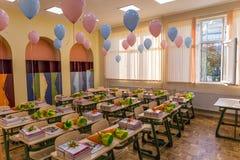 Aula sistemata e decorata per gli allievi con i palloni rosa e blu Immagine Stock Libera da Diritti