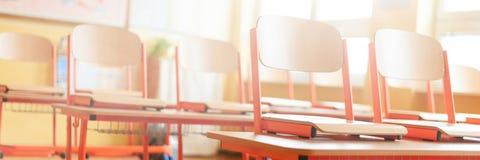 Aula vuota con gli scrittori, le sedie e la lavagna della scuola Concetto di formazione immagine stock
