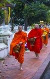 Aumône bouddhiste donnant la cérémonie dans Luang Prabang Laos photographie stock libre de droits