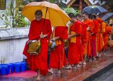 Aumône bouddhiste donnant la cérémonie dans Luang Prabang Laos image libre de droits
