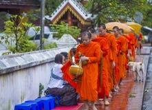 Aumône bouddhiste donnant la cérémonie dans Luang Prabang Laos photos stock