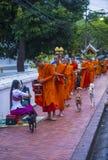 Aumône bouddhiste donnant la cérémonie dans Luang Prabang Laos photos libres de droits