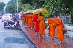Aumône bouddhiste donnant la cérémonie dans Luang Prabang Laos photographie stock