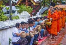 Aumône bouddhiste donnant la cérémonie dans Luang Prabang Laos images libres de droits