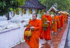 Aumône bouddhiste donnant la cérémonie dans Luang Prabang Laos images stock