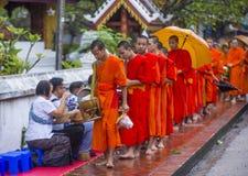 Aumône bouddhiste donnant la cérémonie dans Luang Prabang Laos photo libre de droits