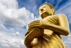 Aumône de Bouddha avec des nuages de ciel images libres de droits