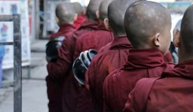 Aumône de recept de moines dans les rues de Yangon, Myanmar image libre de droits