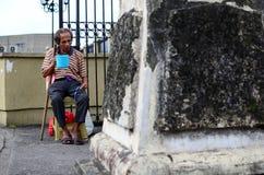 Aumône de recherche de vieux mendiant masculin aveugle au portail de porte de cimetière image stock