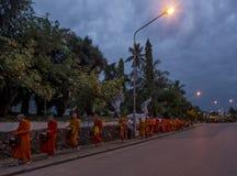 Aumône donnant la cérémonie devant le temple de Phramahathat Rajbovoravihane de cuve, Luang Prabang, Laos image stock