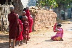 Aumône bouddhiste donnant dans Myanmar images stock