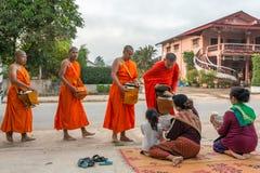 Aumône bouddhiste traditionnelle donnant la cérémonie pendant le matin photo libre de droits