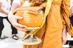 Aumône-cuvette de moine bouddhiste en Thaïlande photos libres de droits