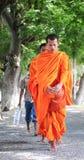 Aumône de marche de matin de jeunes moines asiatiques photos libres de droits